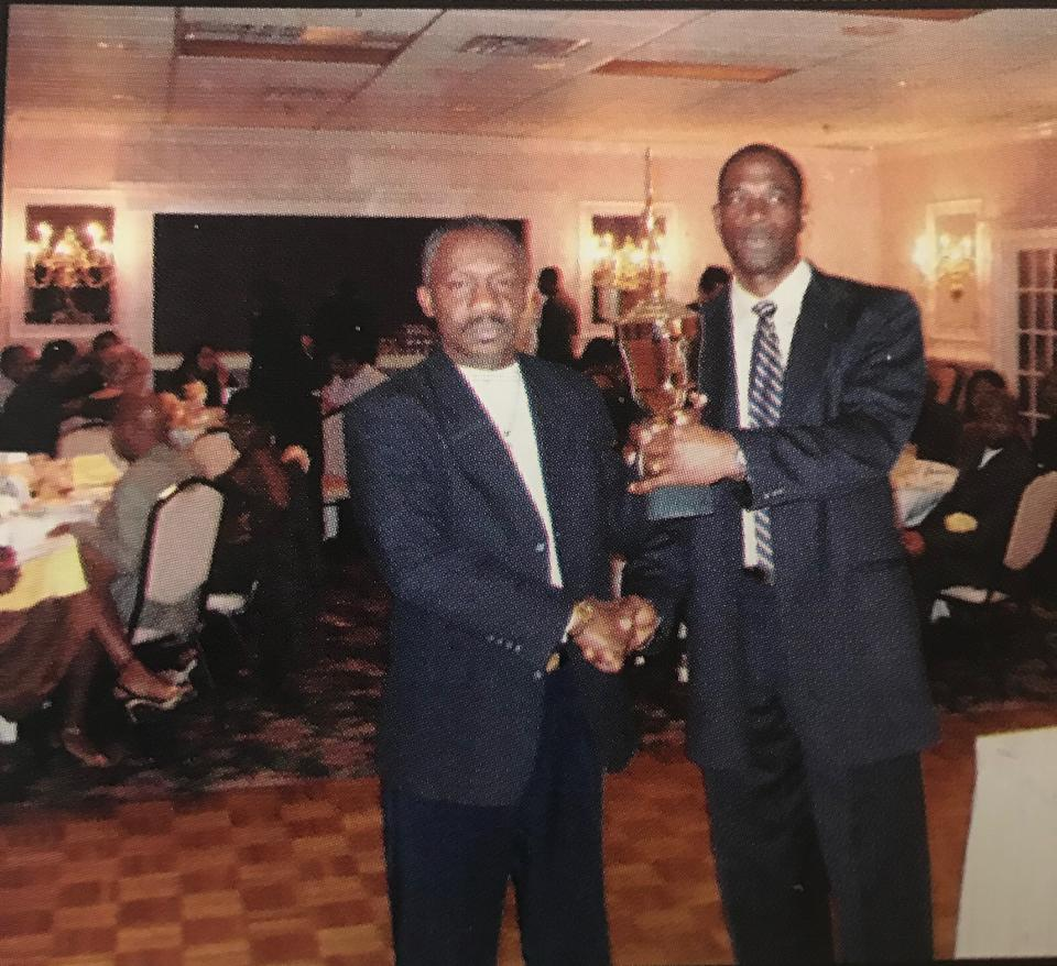 Linton Jones receive trophy from Colin Edwards (2006 presentation)